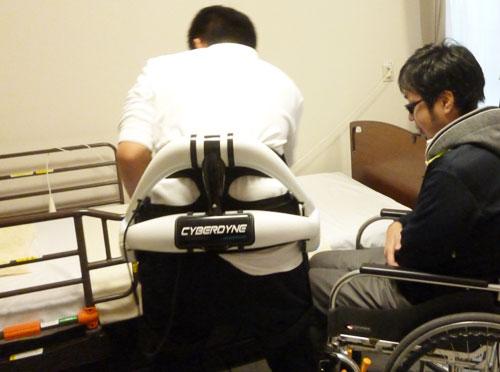 介護ロボットを装着してこれから移乗をおこなうところ