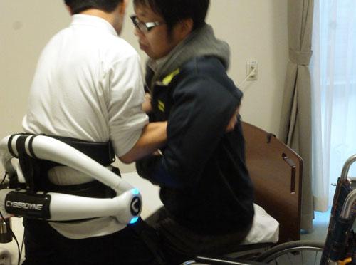 介護ロボットを装着して移乗をおこなう様子