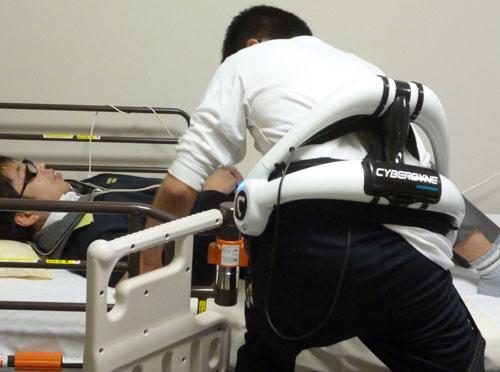 介護ロボットを装着して移乗を終えたところ